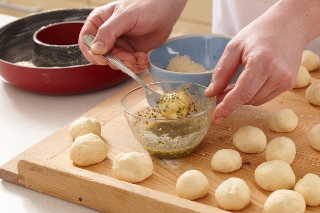 Coroniță de pâine cu parmezan și rozmarin, pasul de ungere cu ulei și rozmarin