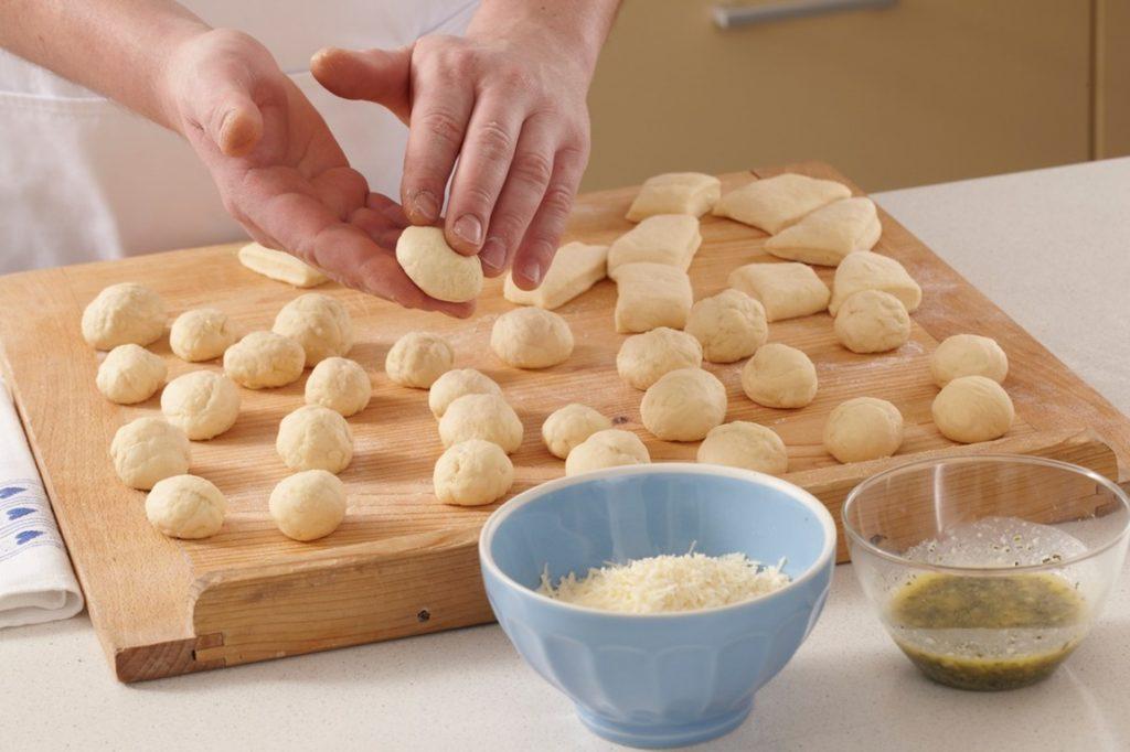Coroniță de pâine cu parmezan și rozmarin, pasul de modelare al aluatului