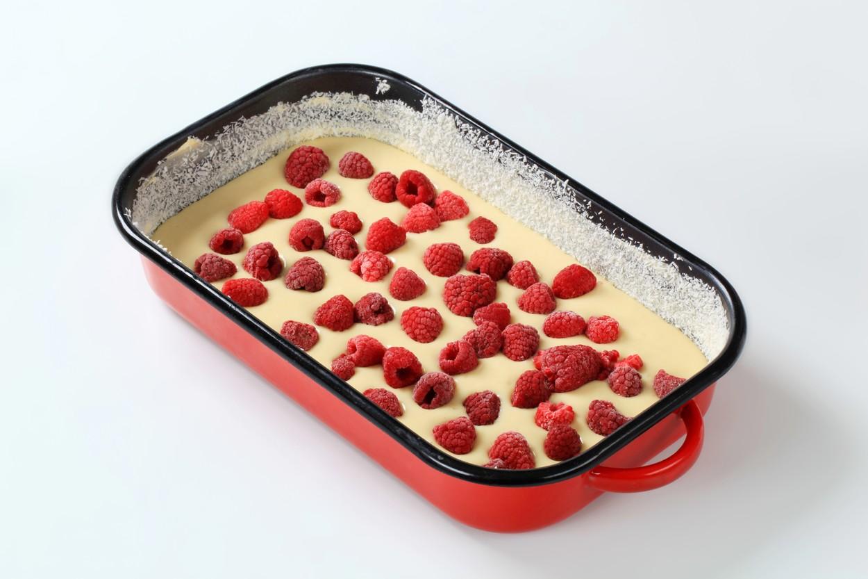Prăjitură cu zmeură și iaurt în aluat ănainte de coacere