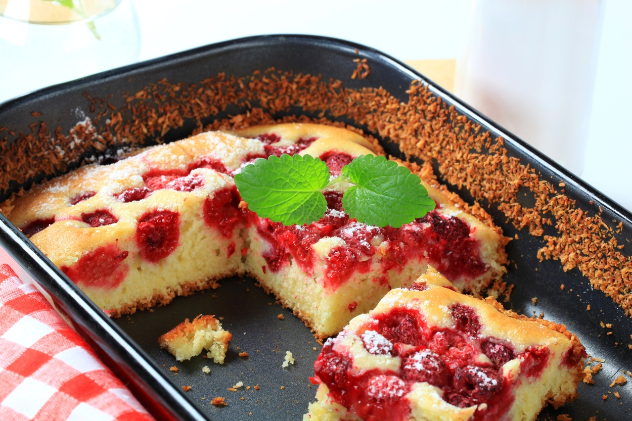 Prăjitură cu zmeură și iaurt în aluat secționată în tavă