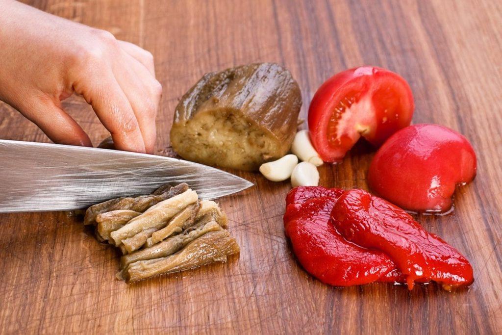 Pregătirea ingredientelor pentru salată de vinete cu ardei copți și roșii