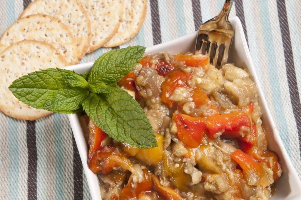 Salată de vinete cu ardei copți și roșii, gata de servit cu bisuiți