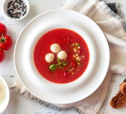 Porție de supă Gazpacho servită cu mini mozzarella