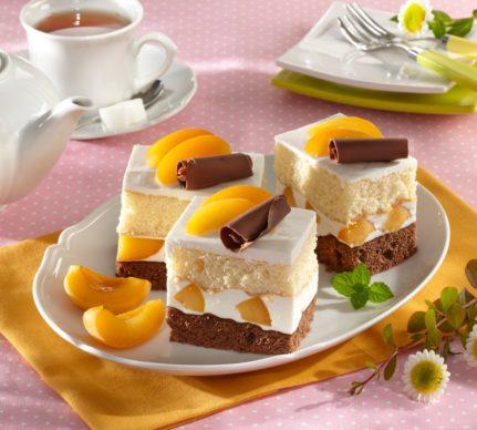 Trei porții din prăjitura Duo cu caise și cremă de mascarpone