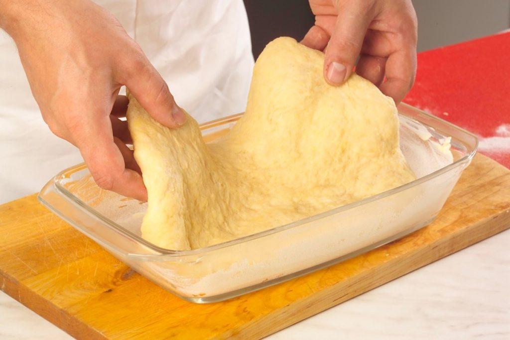 Aluat fraged, în forma de copt, pentru prăjitură cu prune și caise, acoperite cu crumble crocant