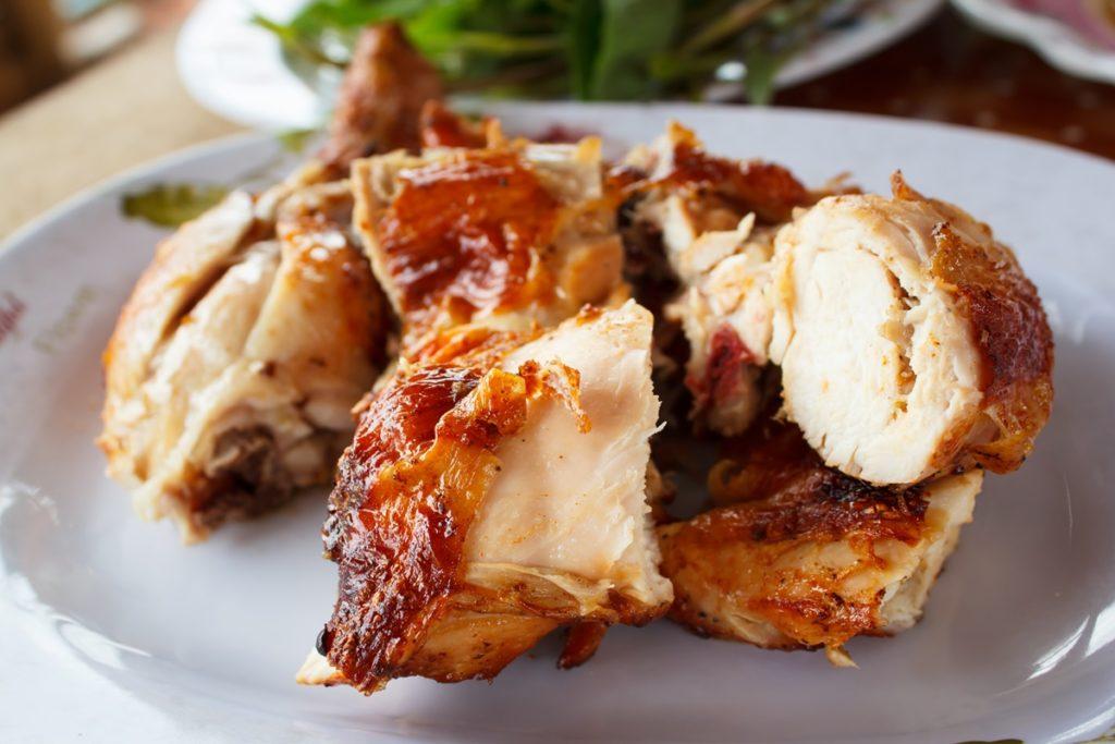 Carne secționată din Pui întreg la cuptor cu lămâie și condimente