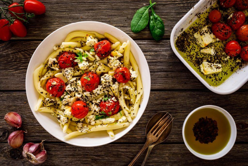 Paste cu roșii cherry și brânză feta în ulei de măsline, gata de servit