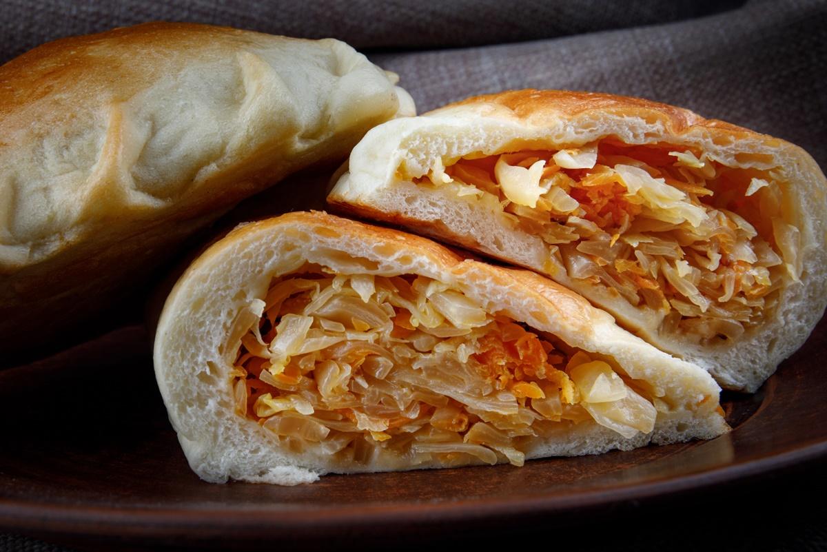 Secțiune de plăcinte rusești cu varză - Pirojki cu varză
