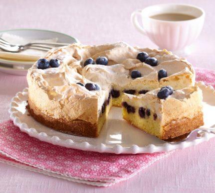 Prăjitură cu afine și bezea porționată