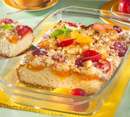 Prăjitură cu prune și caise, acoperite cu crumble crocant, în forma de copt de sticlă