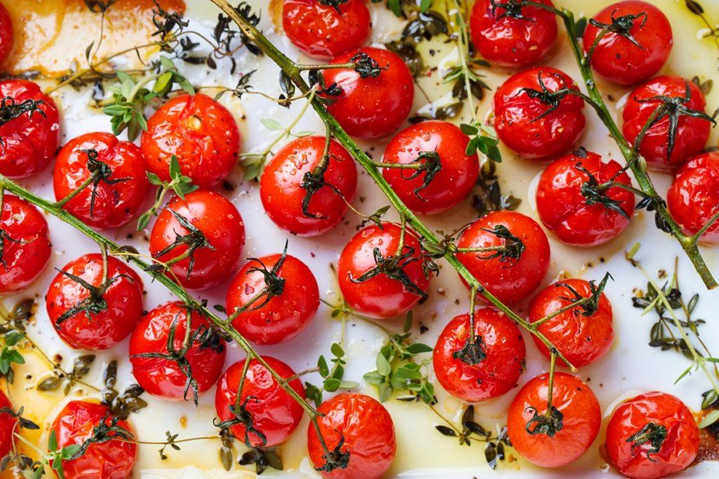 Roșii coapte cu usturoi și condimente
