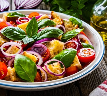 Salată italiană de roșii cu pâine și ceapă roșie, într-un bol metalic