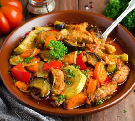 Tocăniță de pui cu legume la grill, într-un bol de servire din ceramică