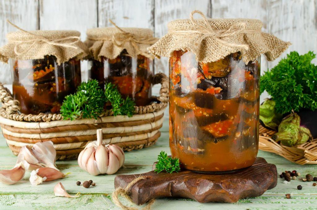 Borcane cu vinete marinate în sos de roșii pentru iarnă