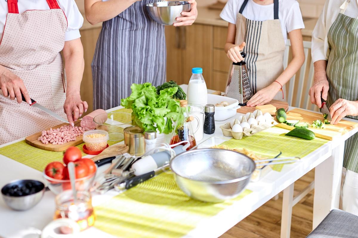 O familie în bucătărie, pregătind prparate și ținând cont de cele 10 trucuri în bucătărie