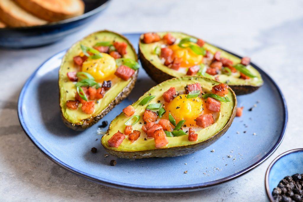 Ouă ochiuri în avocado cu bacon și ceapă verde