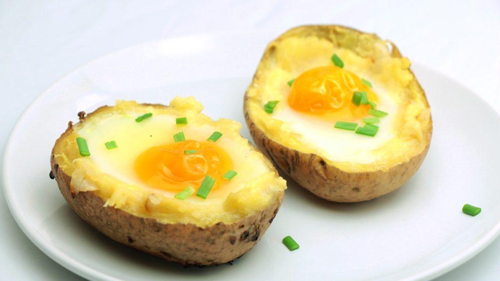 Ouă ochiuri în cartofi presărate cu ceapă verde