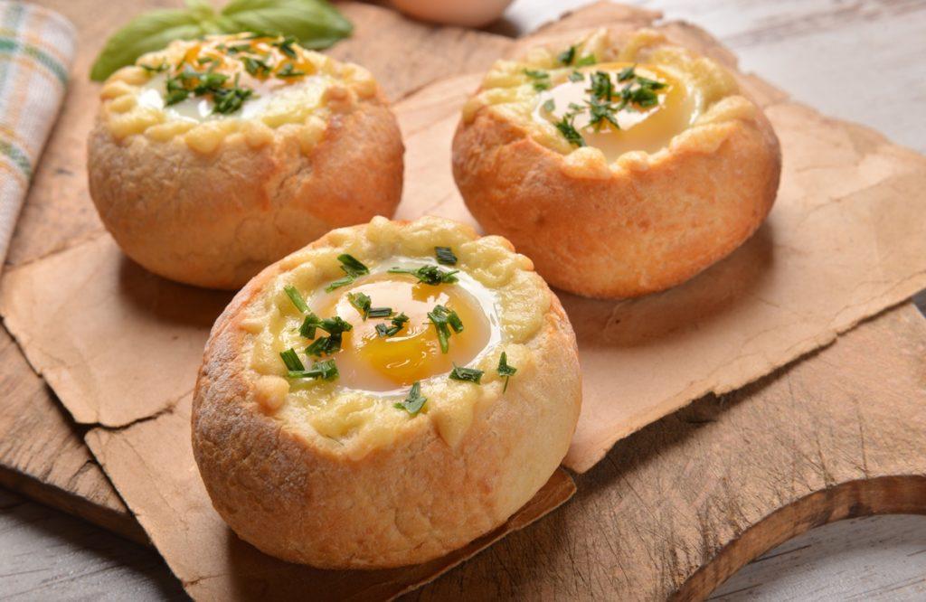 Ouă ochiuri în chifle, presprate cu verdeață