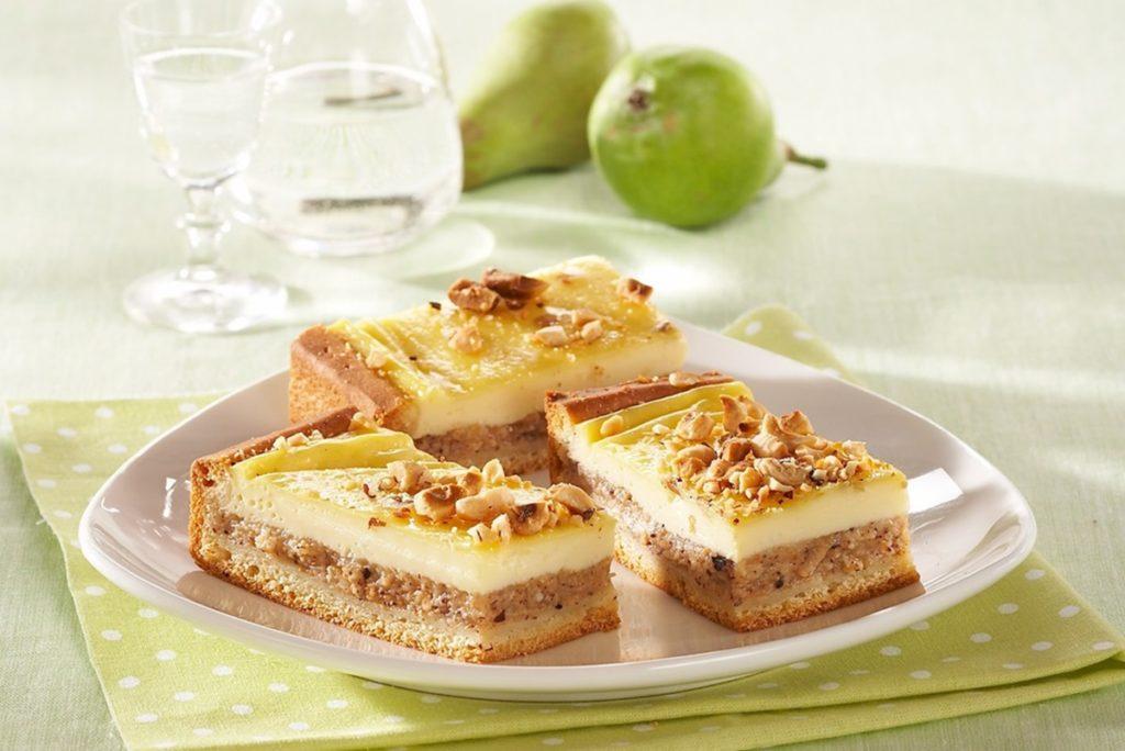 Trei porții de prăjitură cu pere și nuci pe o farfurie,