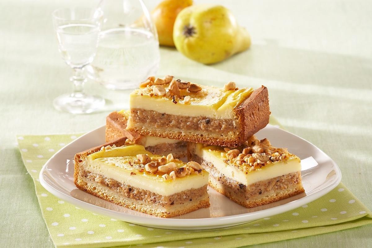 Porții de prăjitură cu pere și nuci pe o farfurie