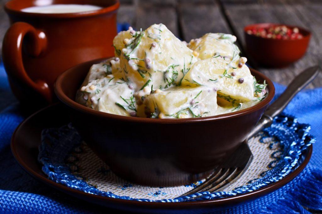 Salată de cartofi cu sos de muștar și smântână cu mărar, gata de servit