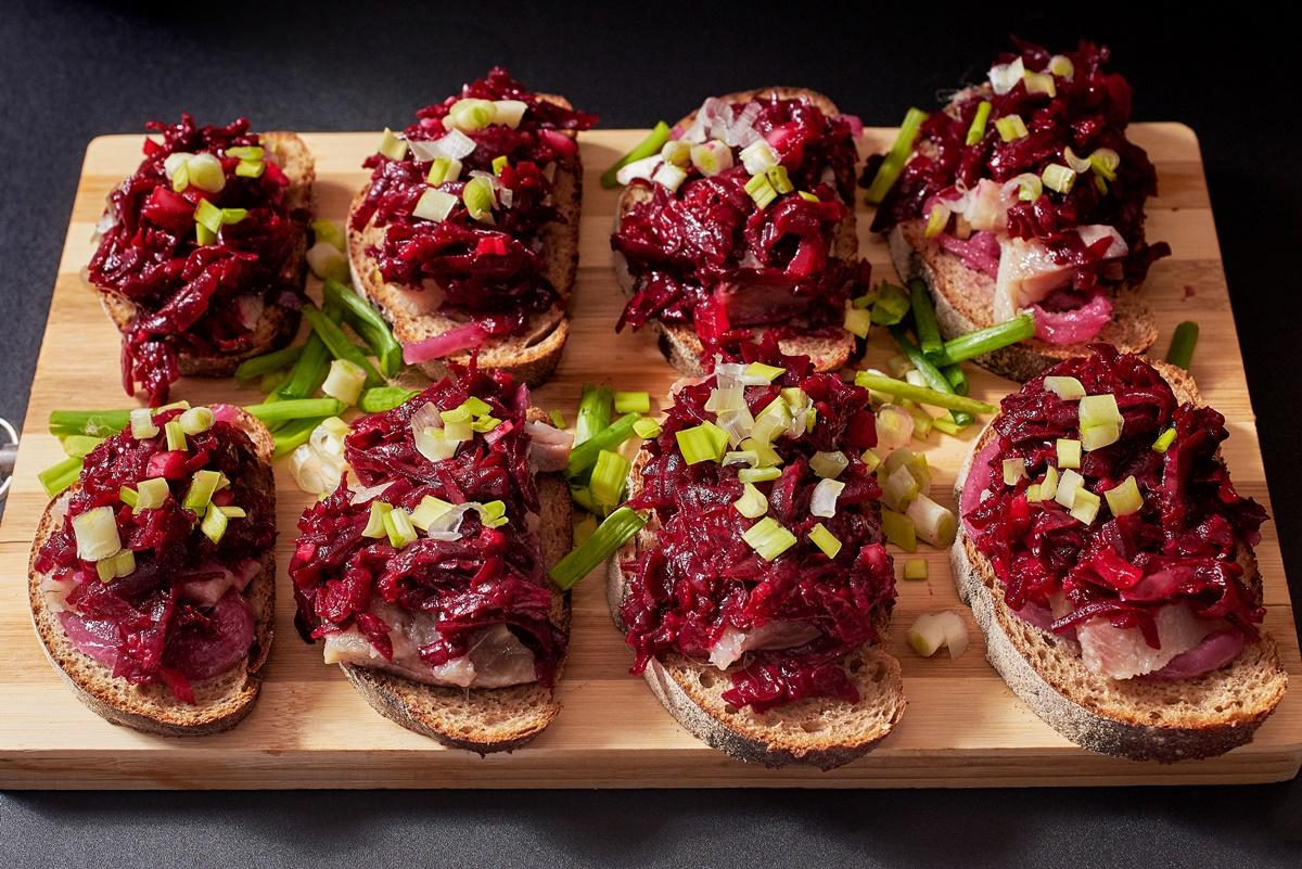 Platou cu Sandvișuri tradiționale rusești cu sfeclă roșie și hering