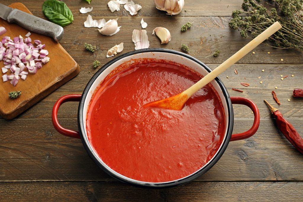 Sos de roșii cu usturoi pentru rețeta de chiftele la cuptor în sos de roșii cu usturoi