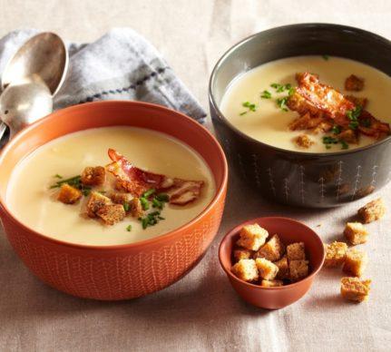 Două boluri cu Supă cremă de usturoi cu bacon și crutoane