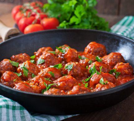 Tigaie cu chiftele la cuptor în sos de roșii cu usturoi