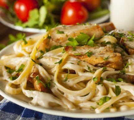 Fettucine Chicken Alfredo, gata de servit
