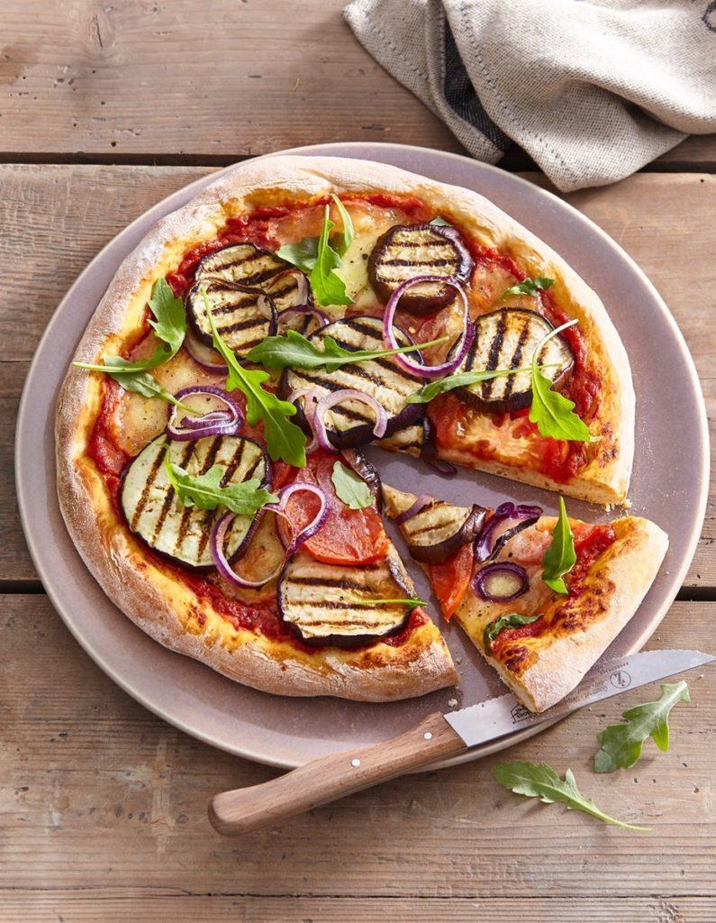 Pizza cu vinete și mozzarella, cu ceapă roșie și rucola, gata de servit